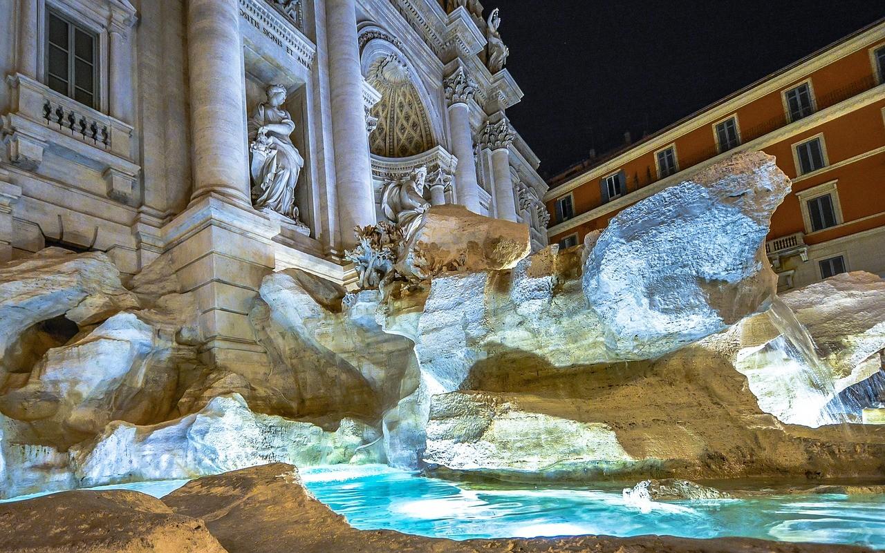 Фонтан Треви в Риме, Италия -вечер