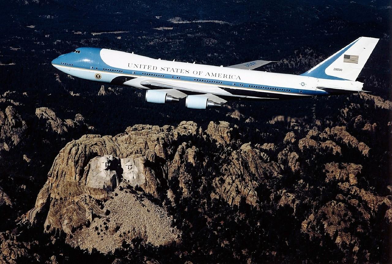 Самолет над горой Рашмор, США