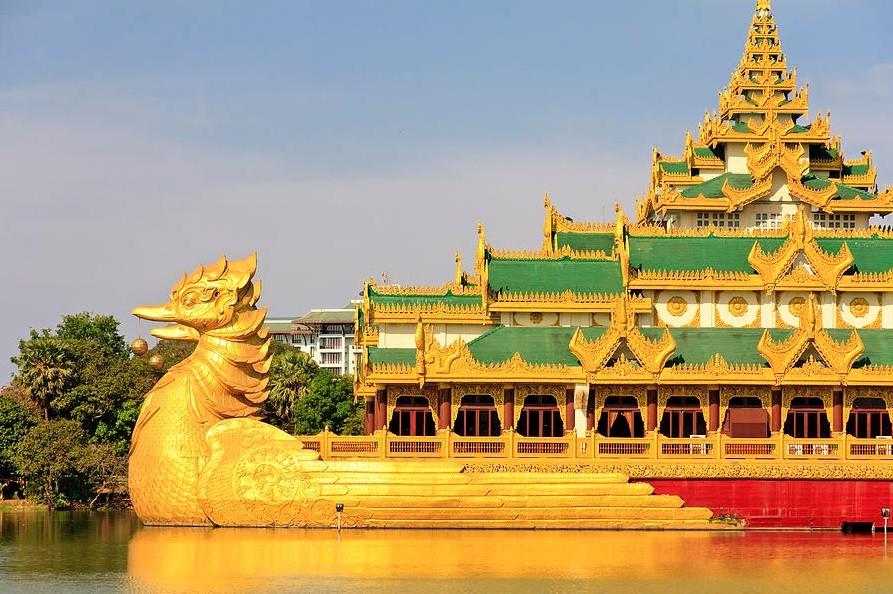Культурное шоу в Янгоне, Мьянма, Каравейк Палас
